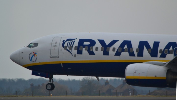 Ryanair EI-DPC landing at Luton airport by David Precious, used under CC BY 2.0